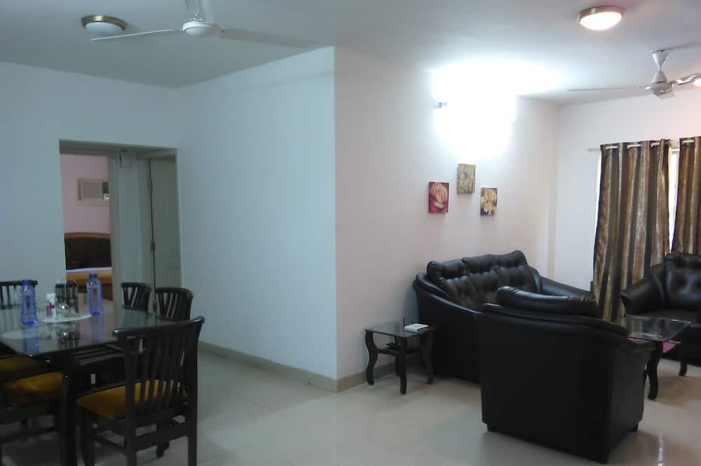 Standard Apartment, 3 Bedrooms, City View - Living Area