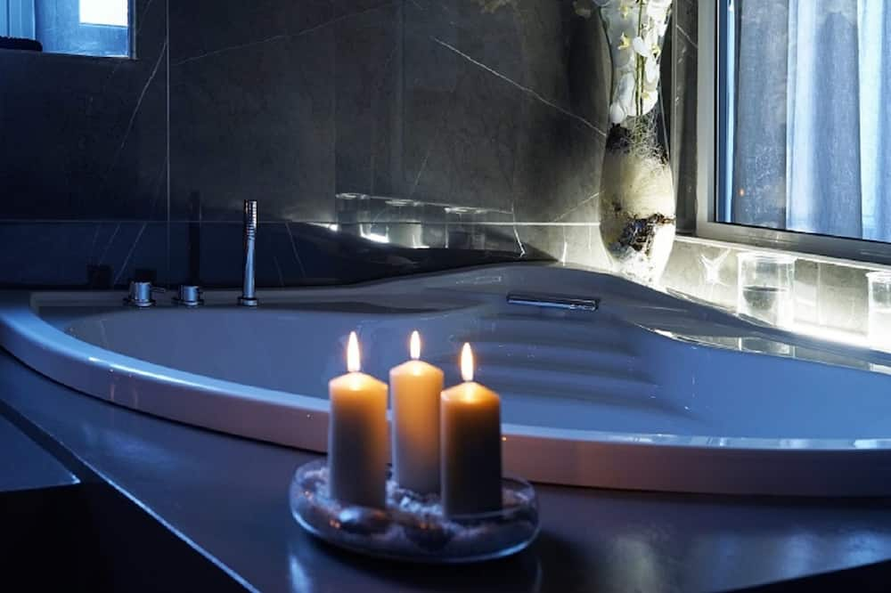 Royal Suite, 1 Queen Bed, Jetted Tub, City View - Private spa tub