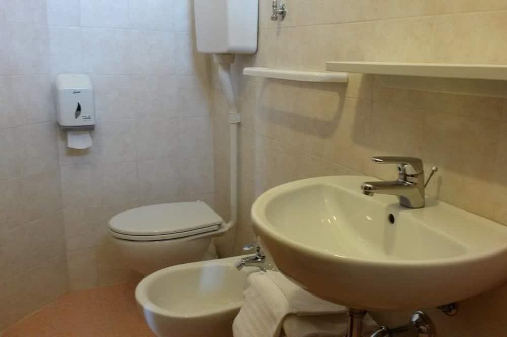 Standartinio tipo kambarys (1 dvigulė / 2 viengulės lovos) - Vonios kambario kriauklė