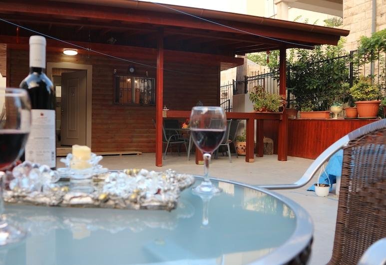 בית הארחה סנטה מריה, חיפה, סוויטת דה-לוקס, מיטת קינג וספה נפתחת, למעשנים, נוף לגן, נוף מחדר האורחים