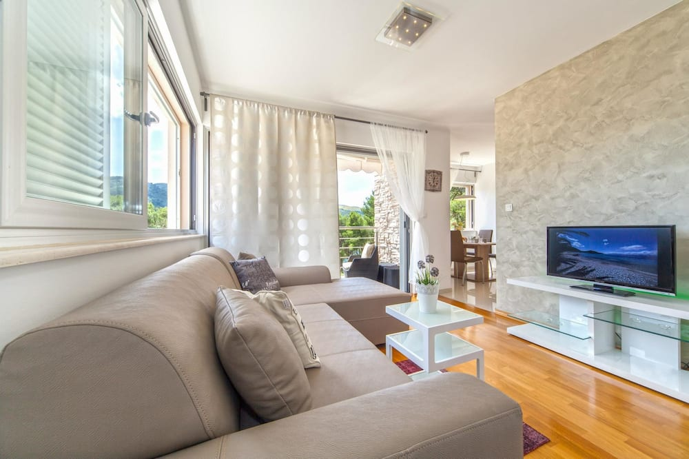 Standard Apartment, 2 Bedrooms, Balcony, Sea View - Living Area