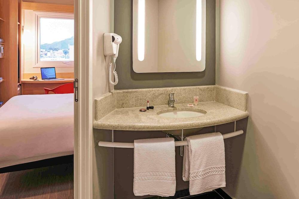 Standard Apartment, 2 Single Beds - Bathroom