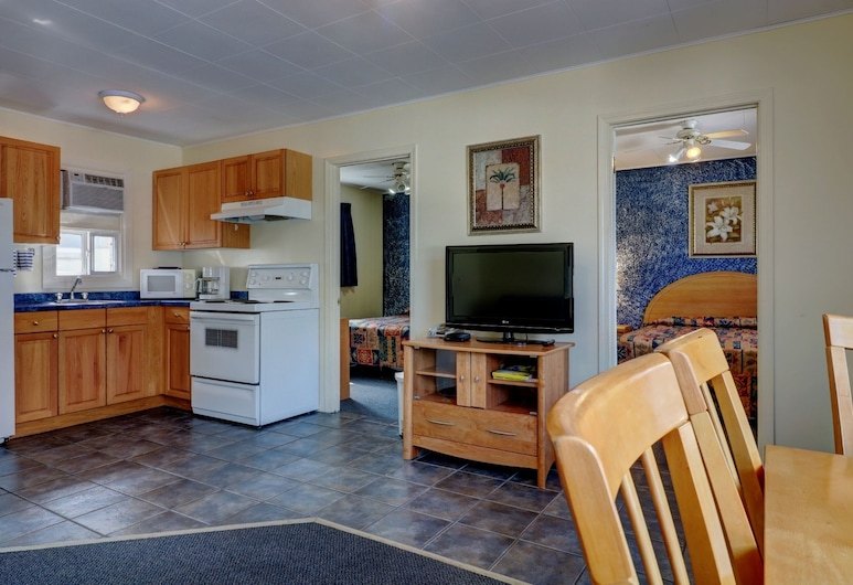 Sunny Beach Motel, Penticton, Suite, 2 Bedrooms, Kitchen, Guest Room