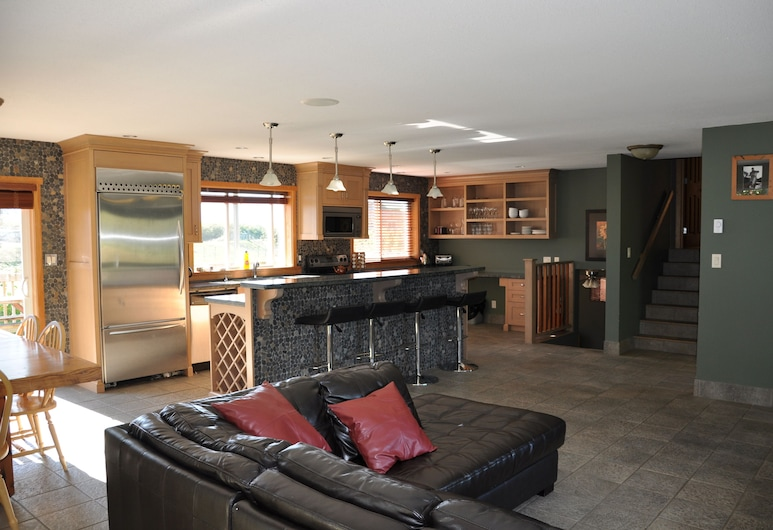 Fraser River Outpost Lodge, Agassiz, Luxury Chalet, 4 Bedrooms, Kitchen, River View and Mountain View, Living Room