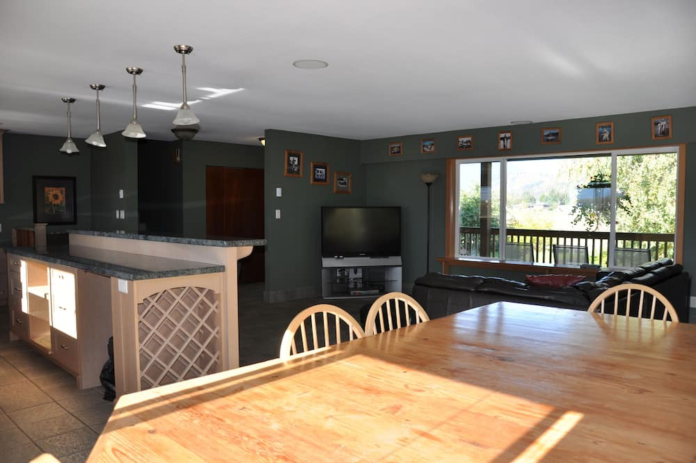 Luxury Chalet, 4 Bedrooms, Kitchen, River View and Mountain View - In-Room Dining