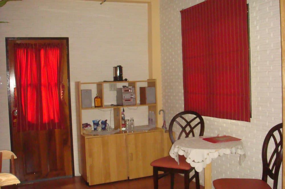 Bungalow Confort, 1 chambre, vue jardin, côté jardin - Coin séjour