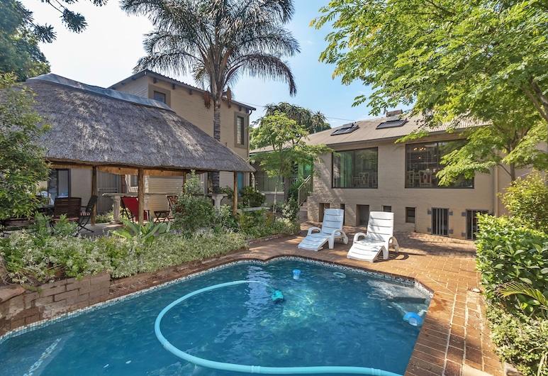33 on First Guest House, Johannesburg, Außenpool