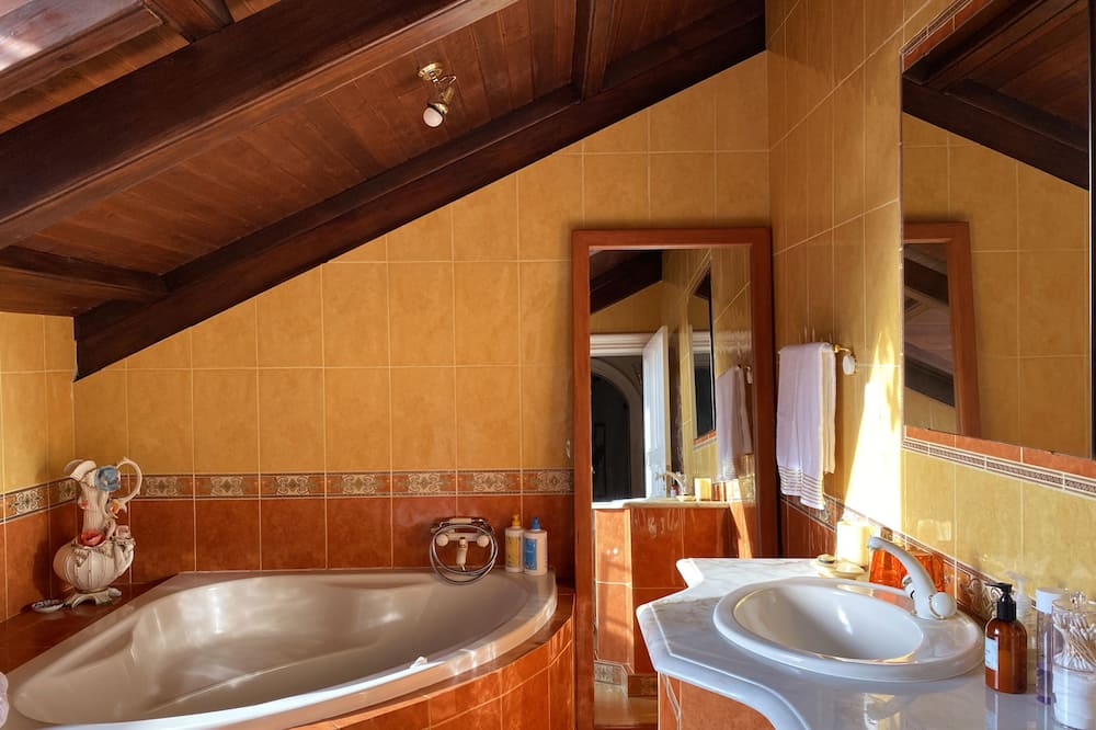 Superior Δωμάτιο, 1 Διπλό Κρεβάτι, Ιδιωτικό Μπάνιο, Θέα στο Βουνό - Μπάνιο