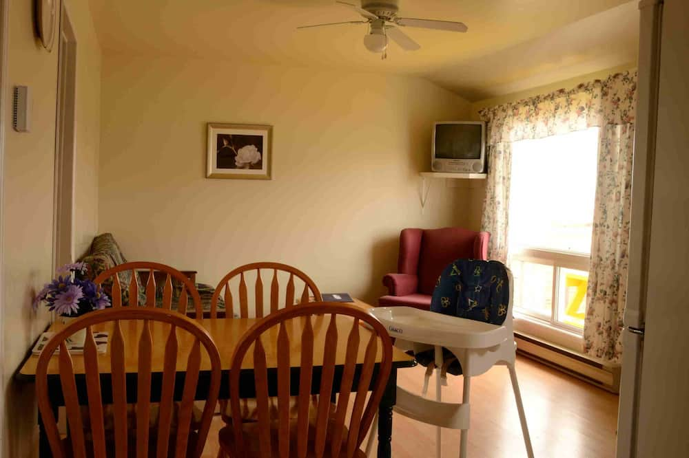 Family Cottage, 2 Bedrooms, Lake View (Unit 8) - Living Area