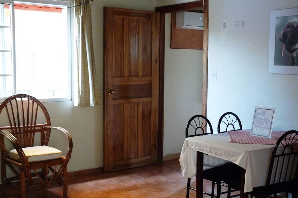 Standard-Vierbettzimmer, zum Garten hin - Wohnzimmer