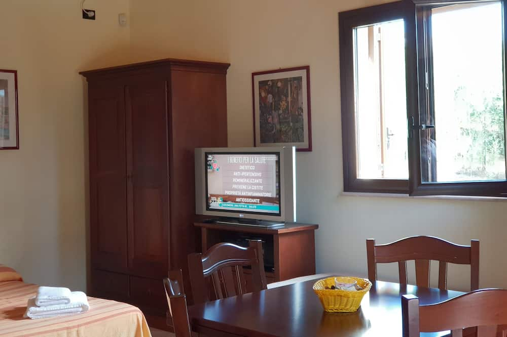 Deluxe Studio, Multiple Beds, Kitchenette, Hill View - Living Area
