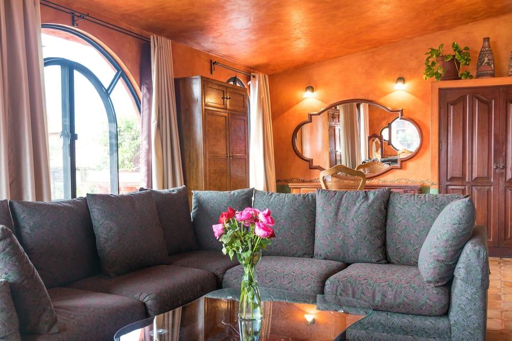 Novomanželský apartmán, 1 extra veľké dvojlôžko, balkón, výhľad na mesto - Obývačka