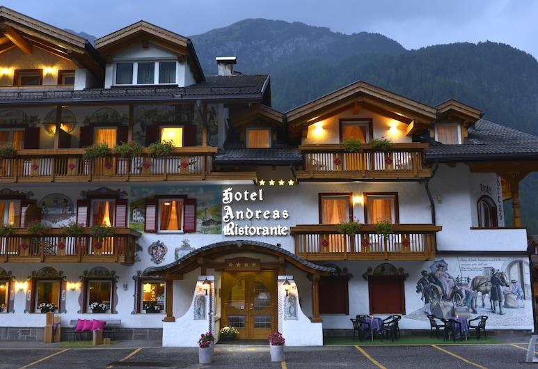 Hotel Andreas, Canazei, Fachada del hotel de noche