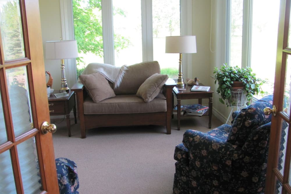 Suite, Multiple Beds, Ground Floor (Strawberry Patch) - Living Area