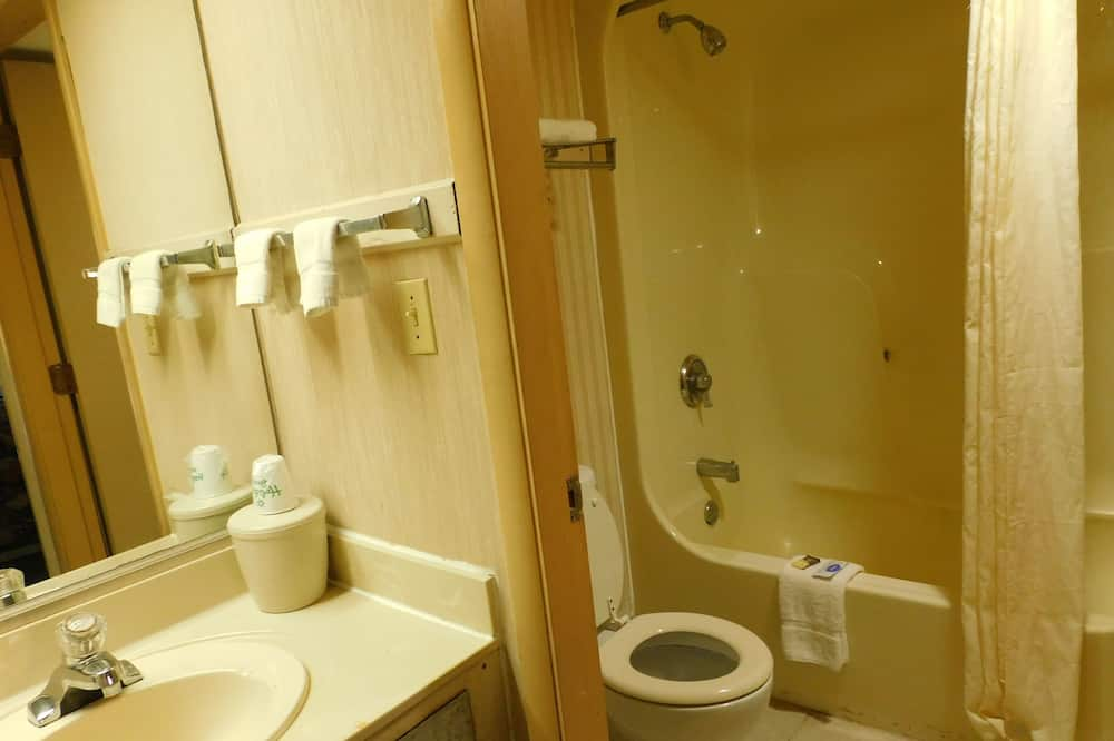 Standard Room, 2 Double Beds, Smoking - Bathroom