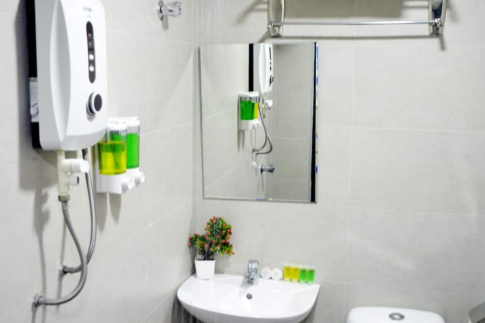 Deluxe Queen Room - Bathroom