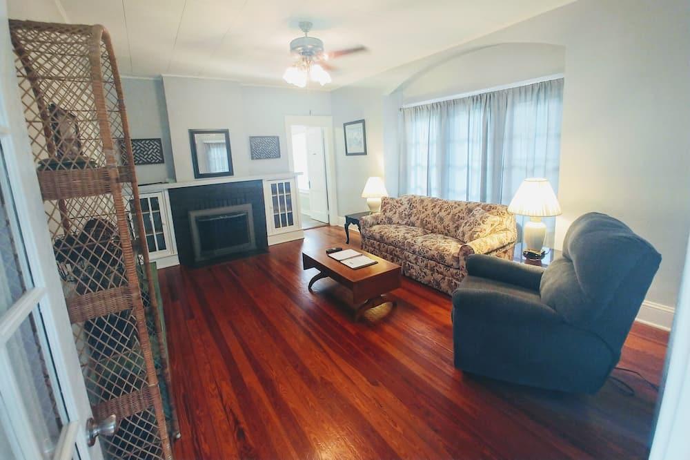 Cottage, 1 Queen, 2 Twins, Sleeper Sofa, Pet Friendly (235 Cottage) (Ground Floor) - Vardagsrum