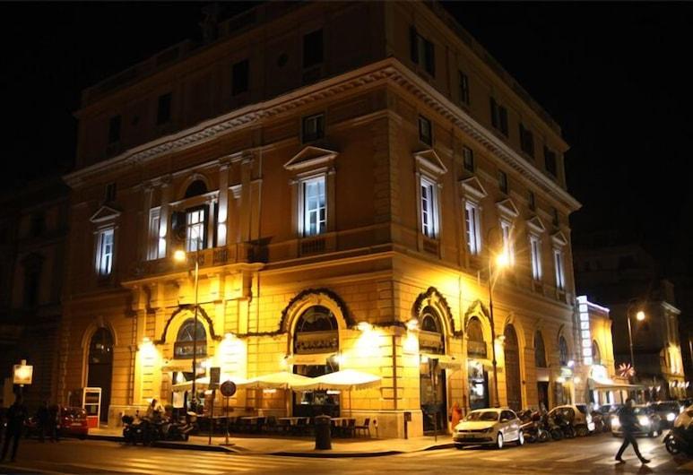 The Roma House, Roma, Viešbučio fasadas vakare / naktį