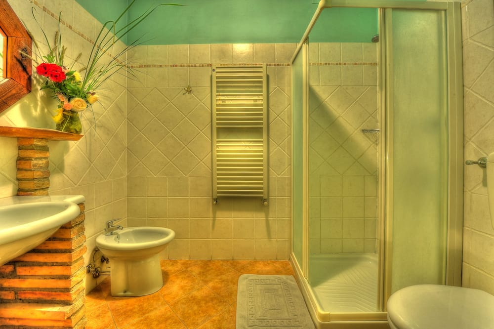 Kambarys (1 dvigulė / 2 viengulės lovos), vaizdas į ežerą - Vonios kambarys
