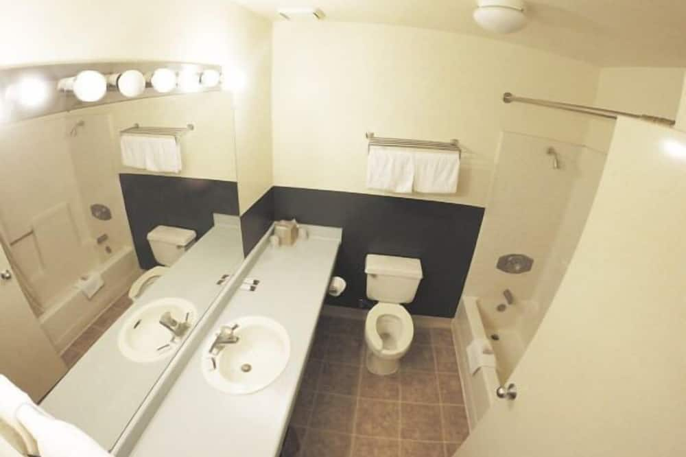 Standard Room, 1 Queen Bed (No Pets Allowed) - Bathroom