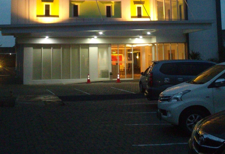 IZI Hotels, Bogor, Voorkant hotel - avond/nacht