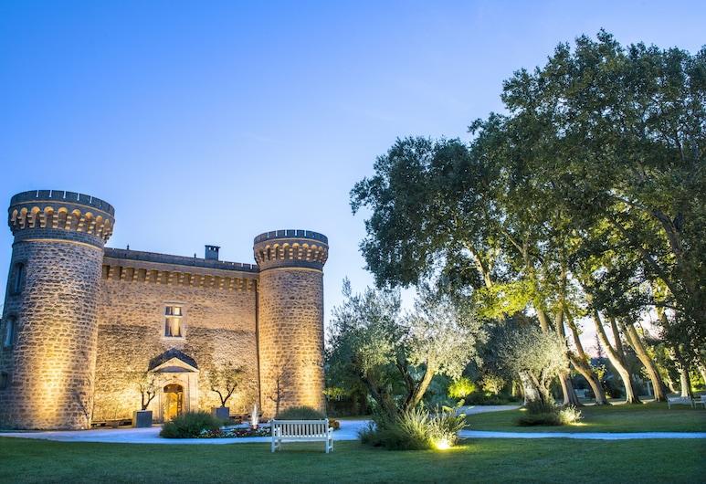 Chateau De Massillan, Uchaux, Hotelfassade am Abend/bei Nacht