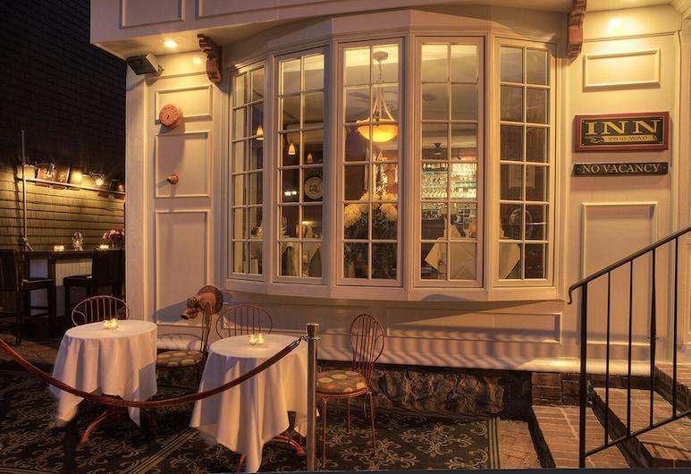 Bouchard Inn & Restaurant, Newport, Teres/Laman Dalam