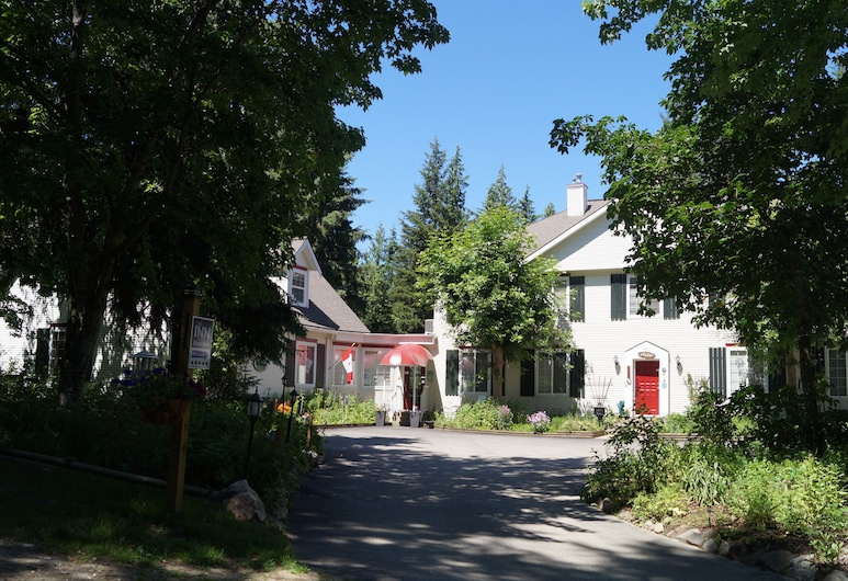 The Inn at the Ninth Hole Bed and Breakfast, Salmon Arm, Hotel Front