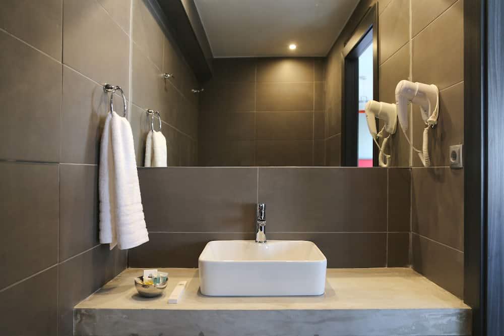 Τρίκλινο Δωμάτιο, Μπαλκόνι, Θέα στον Κήπο - Μπάνιο