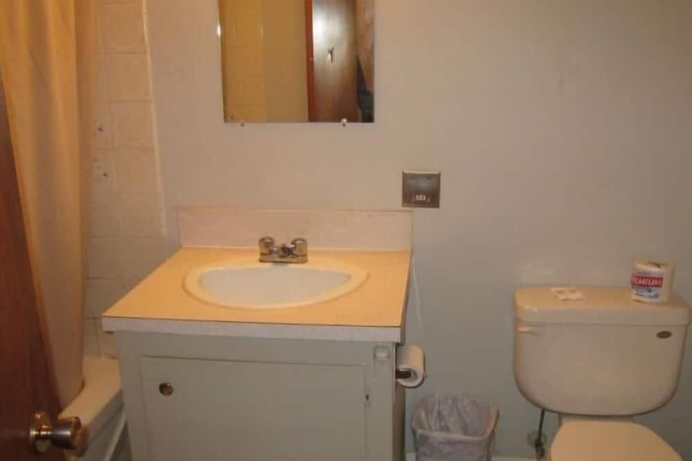 標準單人房, 1 張加大雙人床 - 浴室洗手台