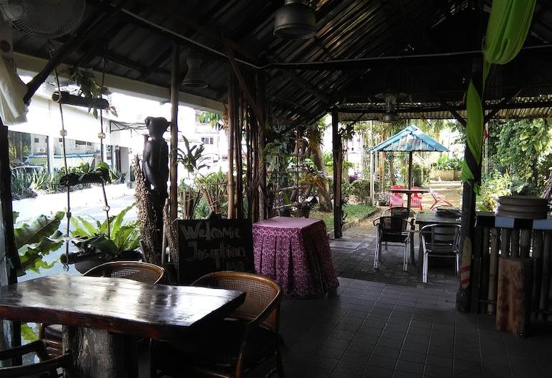 테랑 우산 호텔, 쿠칭, 야외 다이닝