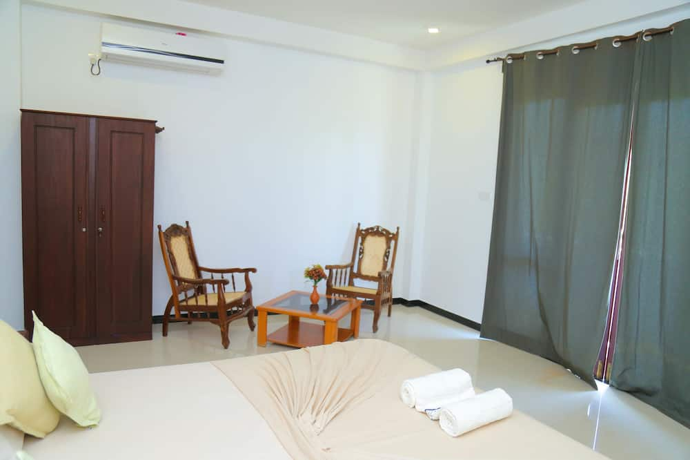 Deluxe Double Room, 1 King Bed, Non Smoking, Partial Ocean View - Living Area