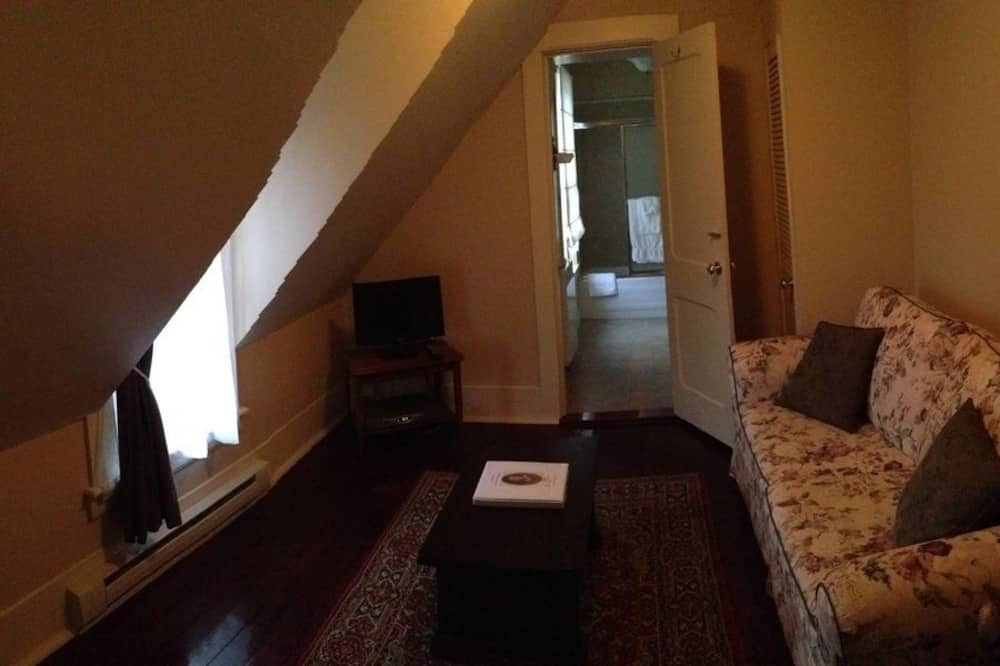 Suite, 1 Queen Bed with Sofa bed, Private Bathroom - Living Area