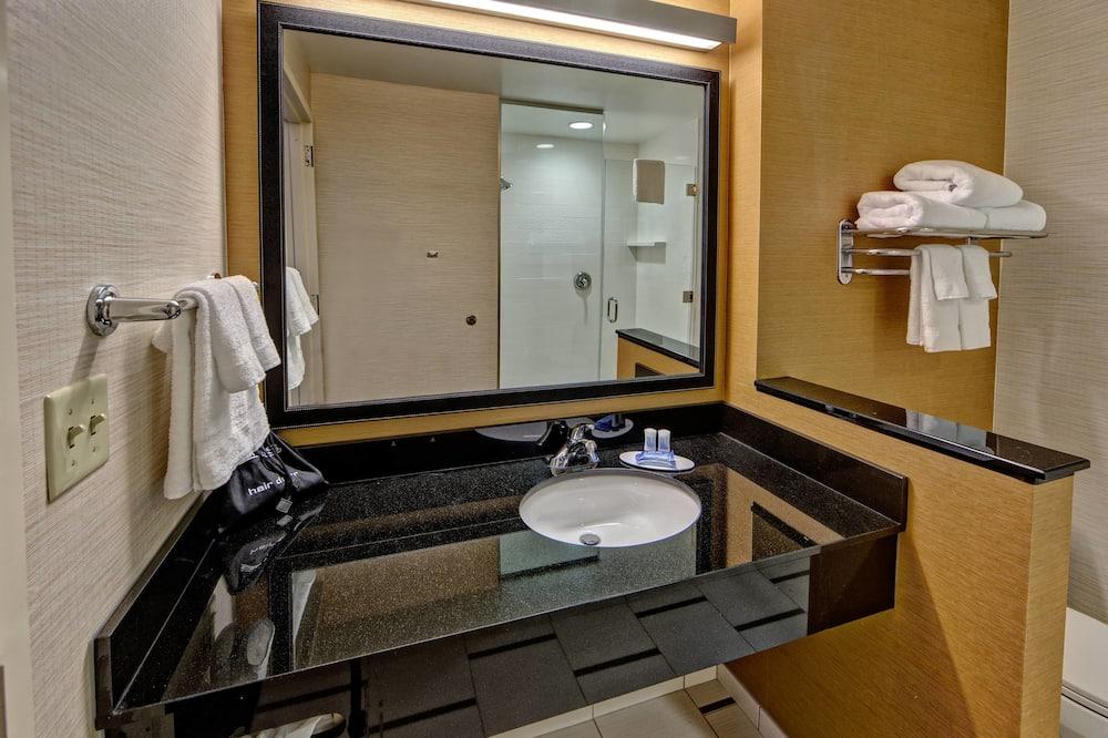 Sviitti, 2 keskisuurta parisänkyä, Tupakointi kielletty - Kylpyhuone