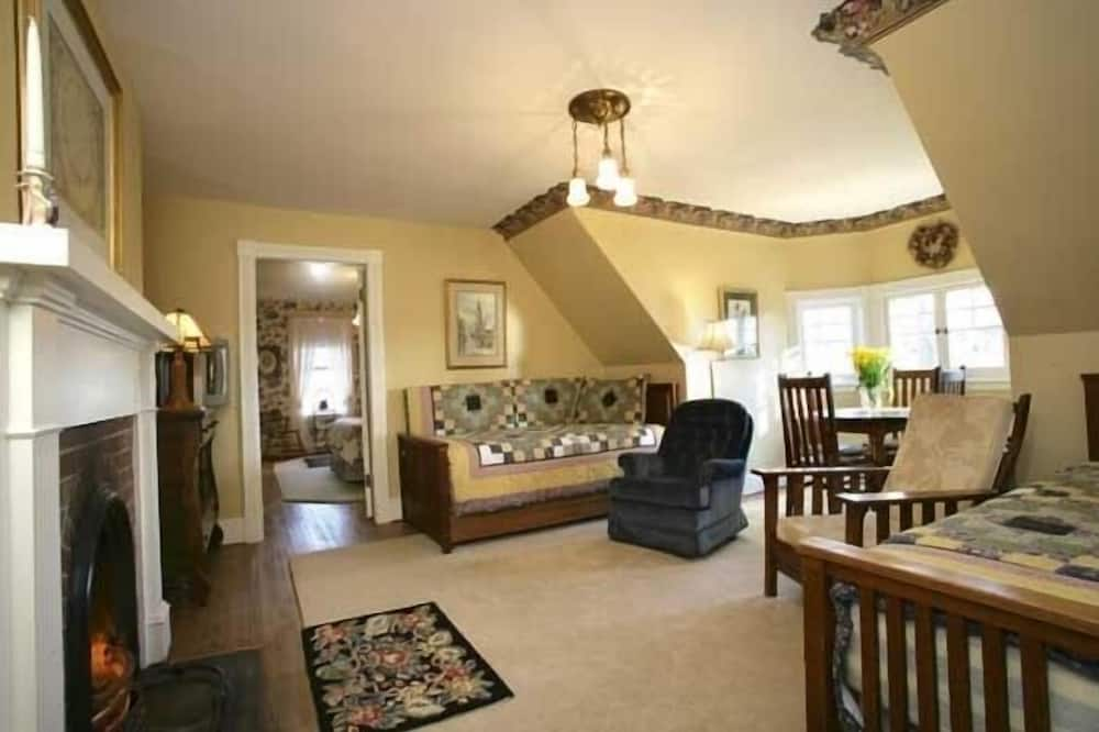 Peake Suite, 1 Queen Bed and 2 Single Bed, Third Floor - Living Area