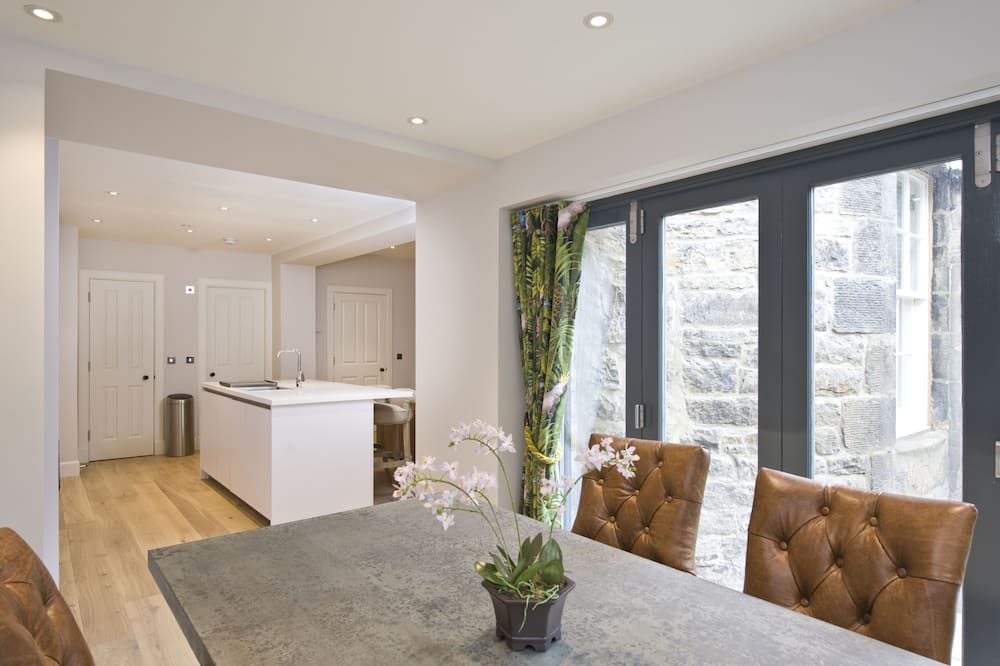 Deluxe Apartment, 2 Bedrooms (Lower) - In-Room Dining