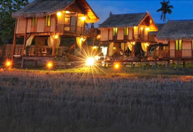 The Gemalai Village, Langkawi, Fachada del hotel de noche