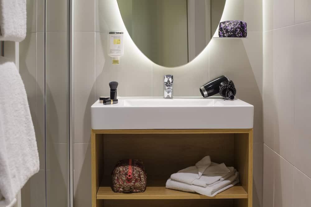 Studio, 2 Double Beds, Connecting Rooms - Bathroom