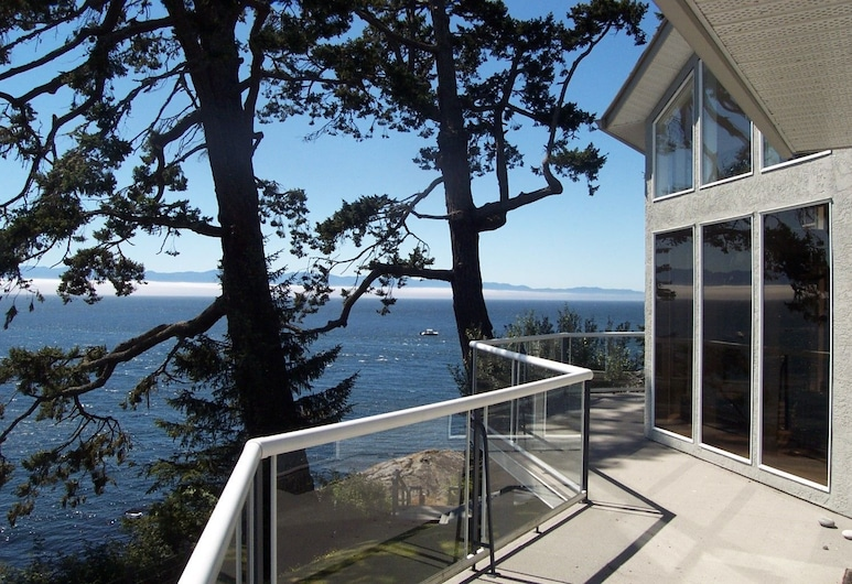 Otter Point House by BC Island Vacation Homes, Sooke, Balcón