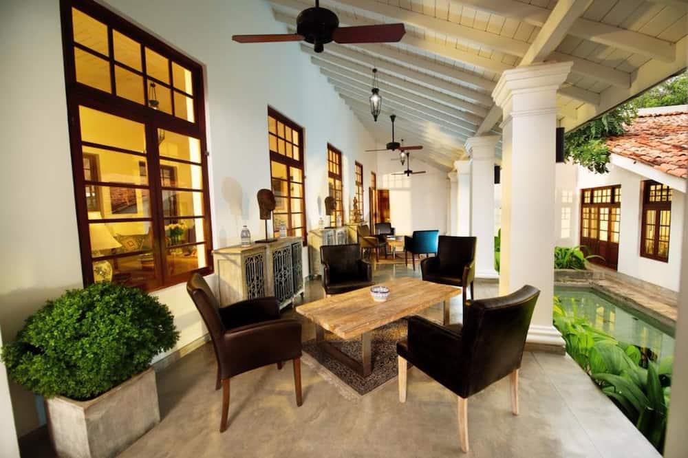 Luxury Tek Büyük Yataklı Oda, 1 Yatak Odası, Havuz Manzaralı - Oturma Odası