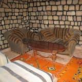 Standard szoba kétszemélyes vagy két külön ággyal, 1 kétszemélyes ágy, privát fürdőszoba - Nappali rész