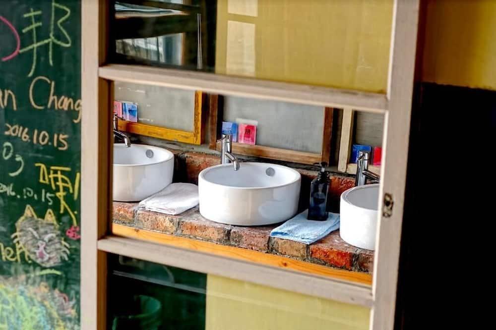 Dortoir Partagé, dortoir mixte, salle de bains commune - Lavabo de la salle de bain
