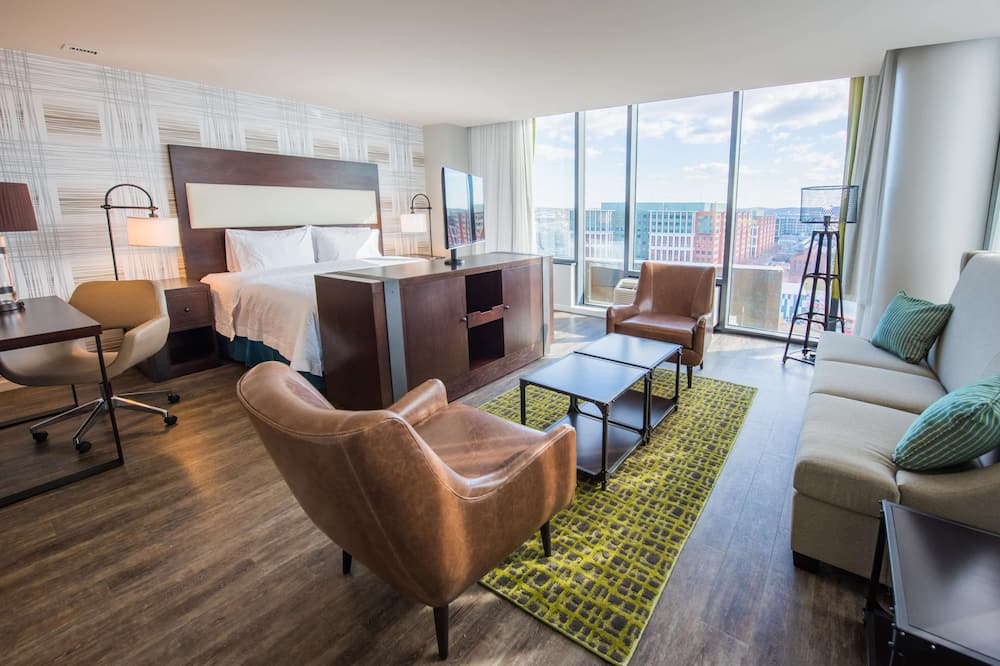 Room, 1 King Bed, Refrigerator, Stadium view - Coin séjour
