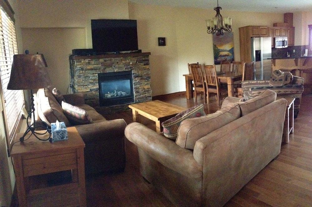 Panoramic Apartment, 2 Bedrooms, Resort View - Living Room