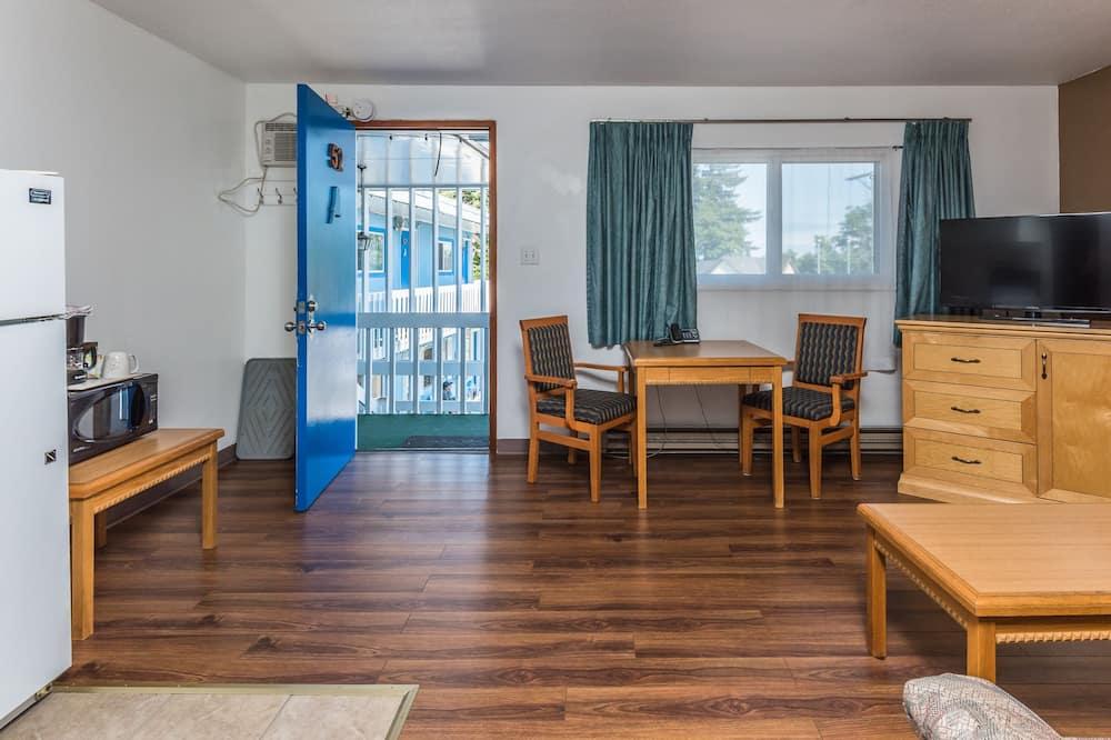 Deluxe Suite, 1 Bedroom, Kitchen - Living Area