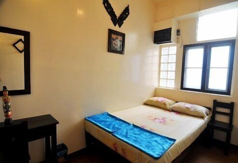 DMK Hostel Donmueang Airport, Bangkok, Small Room with queen bed - Shared Bathroom & Air-Con, Kamer