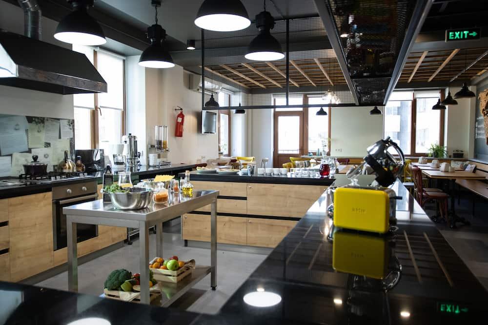 Gemeinsamer Schlafsaal, Nur Frauen, Nichtraucher, Stadtblick (8 Beds) - Gemeinschaftlich genutzte Küchenausstattung