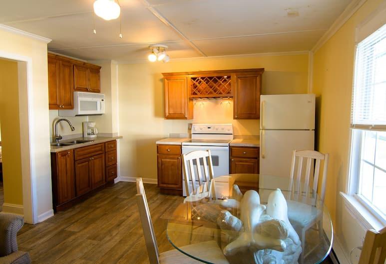 The Burgundy Inn, Ocean City, North Bldg (13th Street), 2 Bedroom Poolside Apartment, In-Room Kitchen