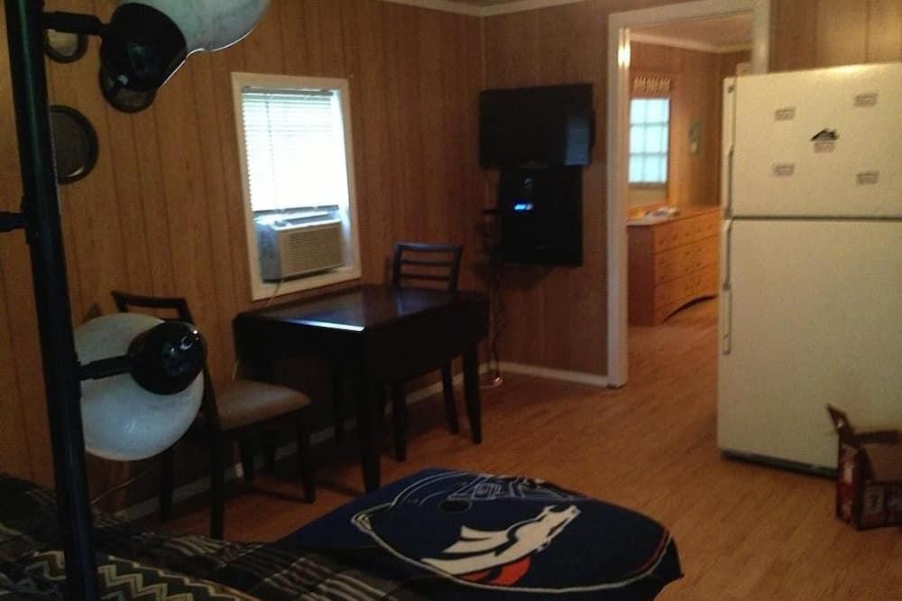 Chatka, 1 veľké dvojlôžko (Queen Bed) (Camp Cabin with Sofa Bed) - Obývacie priestory
