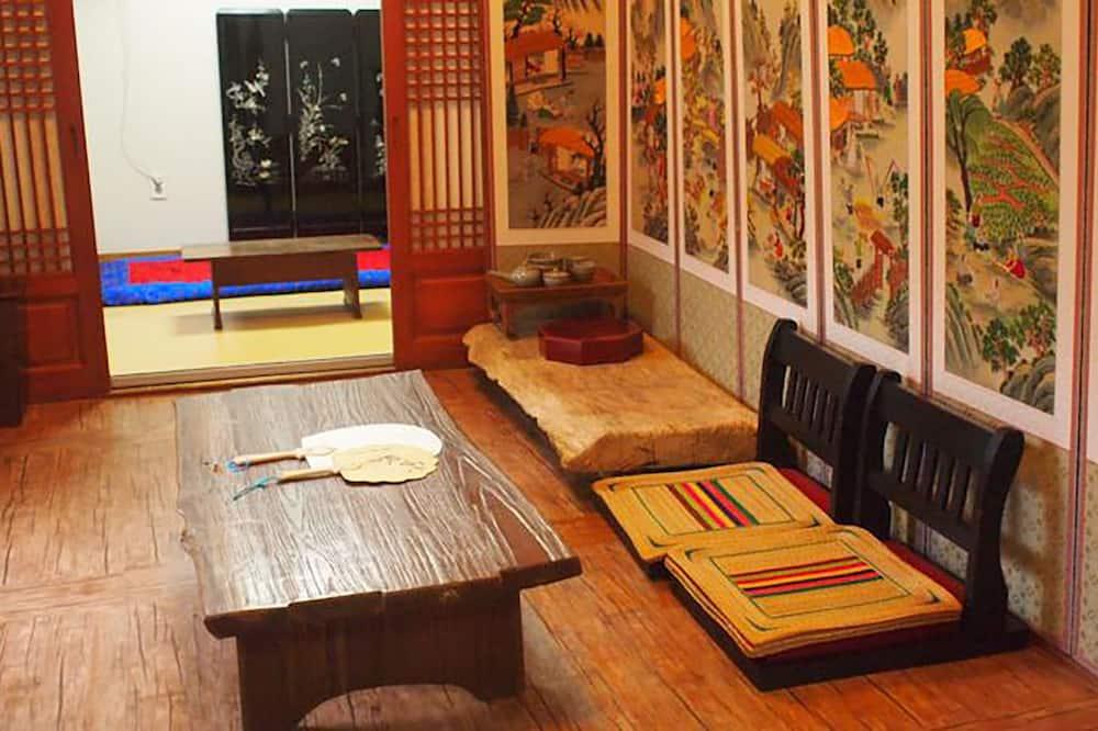 トラディショナル 4 人部屋 2 ベッドルーム 禁煙 コートヤードビュー - リビング エリア